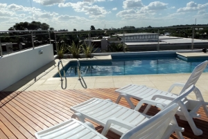 Pileta y solarium terraza hotel